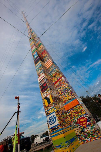 142418 Tallest structure built with interlocking plastic bricks 3.jpg