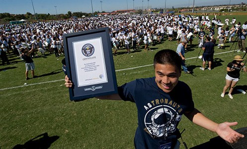 4,200-UC-Irvine -bashes -way -to -largest -pillow -fight -record