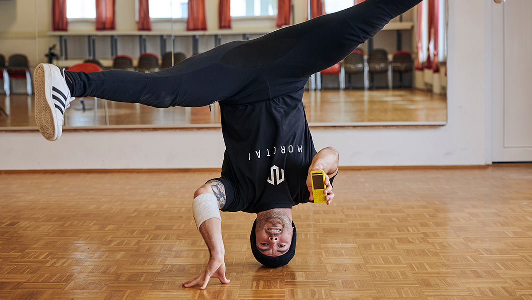 Video: German breakdancer Benedikt Mordstein attempts two records