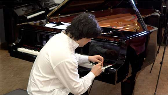 Portuguese musician breaks record for astonishingly fast piano key hitting