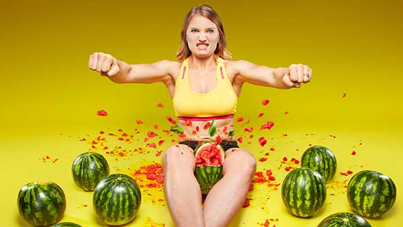 Strongwoman crushes watermelons with her thighs - Guinness World Records Italian Show