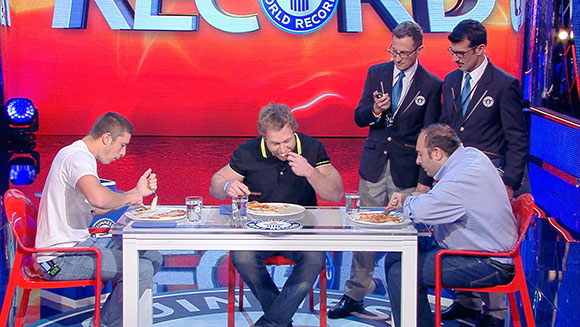 Competitive eater challenged to fastest time to eat a 12'' pizza record - Guinness World Records Italian Show