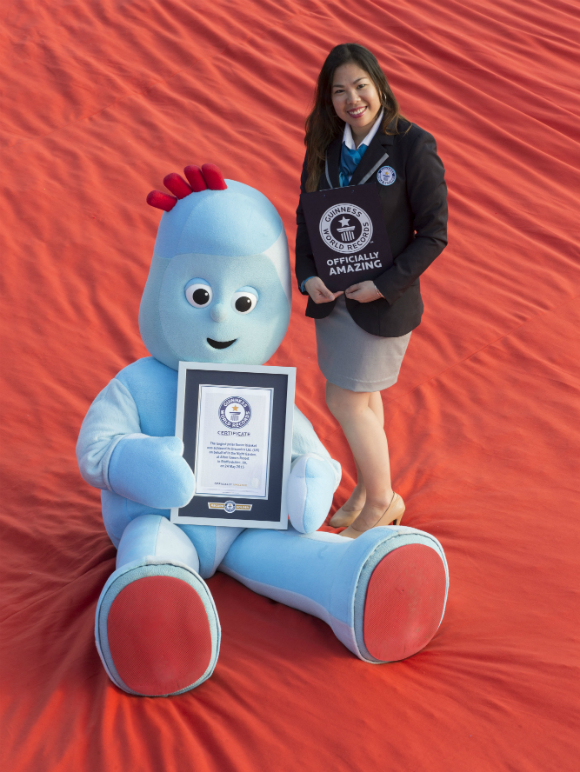 Igglepiggle Largest Polar Fleece Blanket Guinness World Records adjudicator
