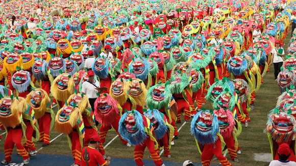 Thousands of schoolchildren set new lion dancing record in Taiwan