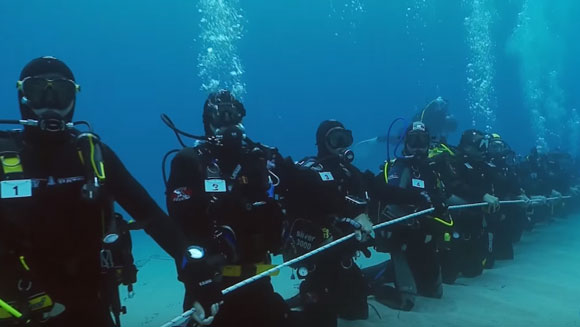 Video: 173 scuba divers create the longest human chain underwater