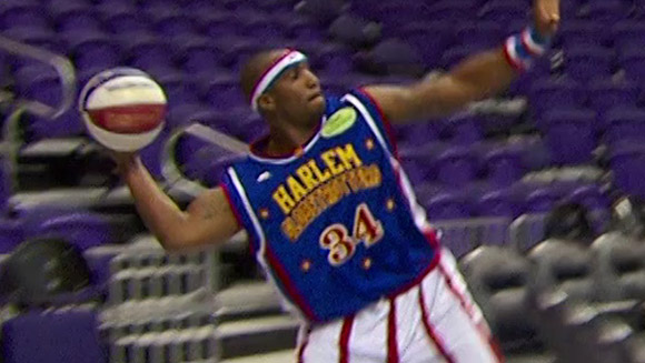(VIDEO) Harlem Globetrotter breaks longest basketball shot record for GWR Day 2013