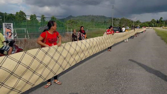 Malaysian women celebrate local culture by weaving longest rug in the world
