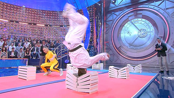 Martial arts experts break concrete blocks with their heads in record face-off - Guinness World Records Italian Show