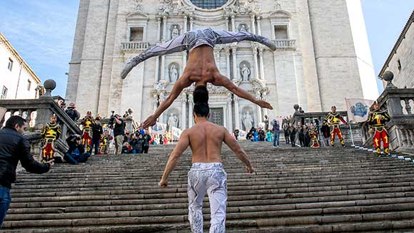 Vietnamese circus duo smash record for most stairs climbed with a person on the head
