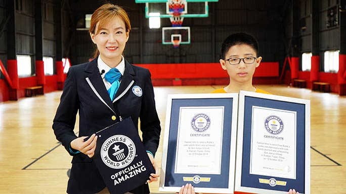 Que Jianyu with his certificates
