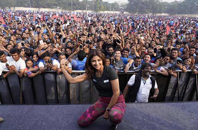 Shilpa-Shetty-Kundra-on-stage-in-front-of-the-crowd.jpg