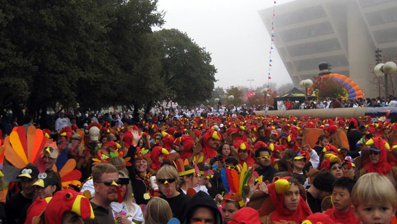 Thanksgiving run in Dallas sees new record set for largest gathering of people dressed as turkeys