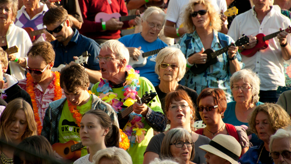 Video: Sweden strums its way to ukulele world record