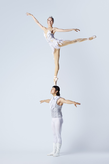 Wu Zhengdan and Wei Baohua - Most pirouettes on pointe on the head 133913-0446.jpg