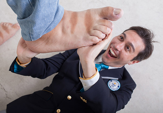 carlos-GWR2016-judge-largest-feet-jeison