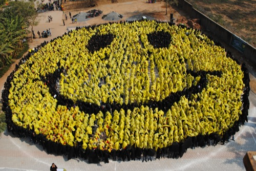 135073 largest human smiley 6.jpg