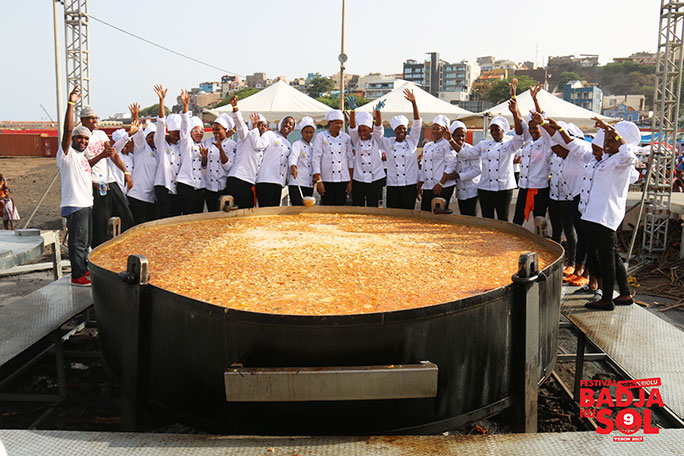 Chefs posing behind the largest cachupa stew