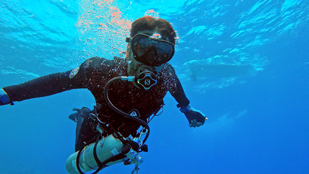 "Video: Disabled ""superhuman"" smashes fastest 10 km scuba diving record"