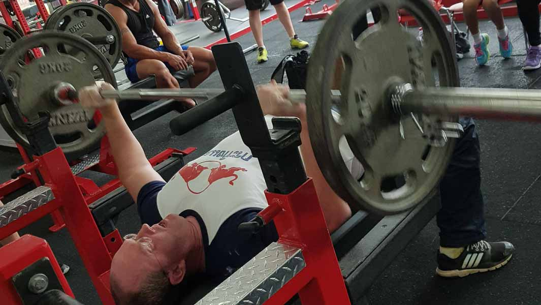 Video: Powerlifting champion beats challenging bench press record by lifting more than 4,000 kg
