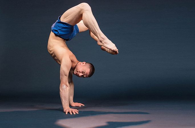 Jamie-Stroud-Longest-duration-performing-a-hollowback-handstand.jpg