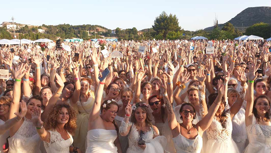 Largest-gathering-of-people-dressed-as-brides-header