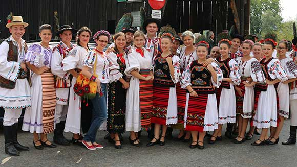 Thousands of Romanians perform record-breaking folk dance in costume