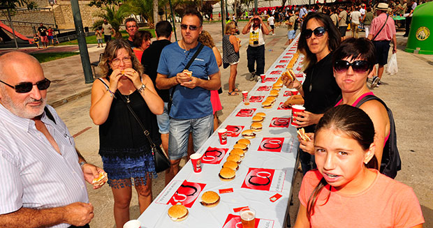 Longest line of hamburgers Spain guests eating