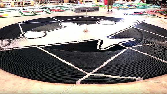 Video: 76,017 dominoes topple circle bomb world record