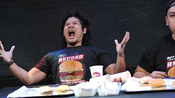 Video: World record falls at hamburger eating competition in the Philippines