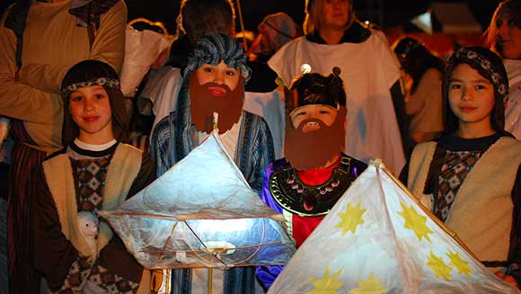 British town gets in Christmas spirit as 1,254 people take part in nativity