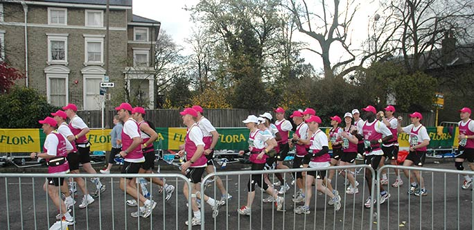 The most runners linked to complete a marathon is 24, achieved by Metropolitan Police officers at the London Marathon 2008