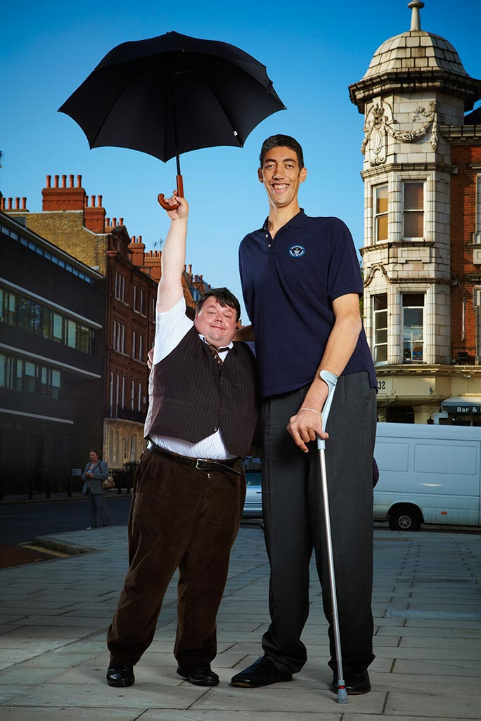 Craig Glenday with the tallest man in the world, Sultan Kösen