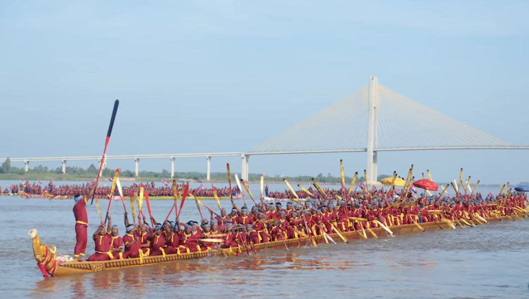 Record-breaking dragon boat is almost the same length as the Statue of Liberty