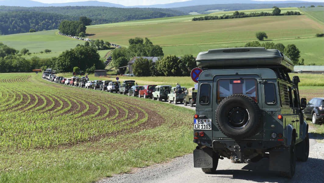 More than 600 cars set new record for largest parade of Land Rovers and Range Rovers