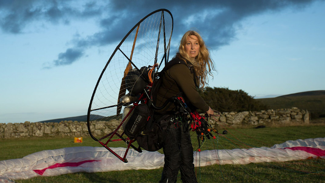 """Human Swan"" Sacha Dench sets record crossing the English Channel"
