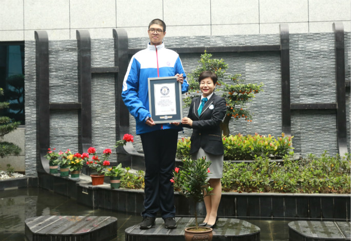tallest teenager with certificate