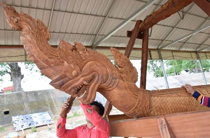 the-artist-carving-the-front-of-the-boat-into-a-dragons-head