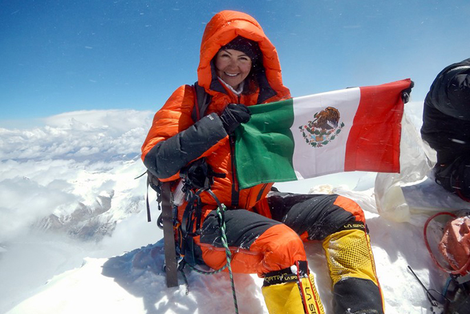 viridiana-smiling-on-top-of-everest-with-mexican-flag
