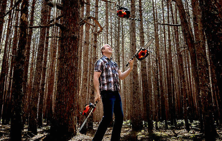 Most consecutive chainsaw juggling catches