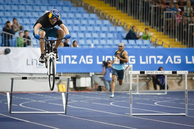 Fastest 400 m hurdles on a bicycle