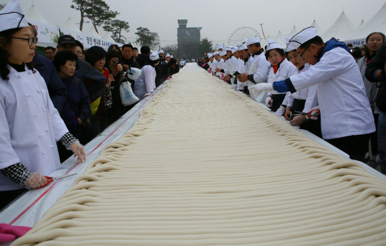 Longest bar rice cake (Garae-tteok)