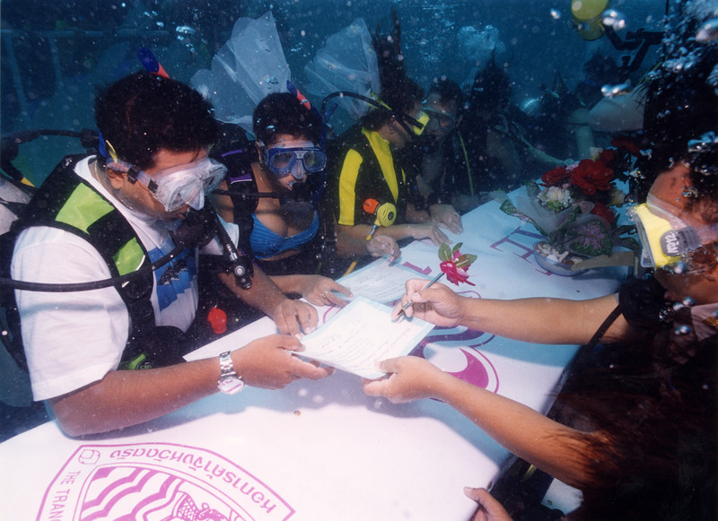 Most couples married underwater -simultaneously