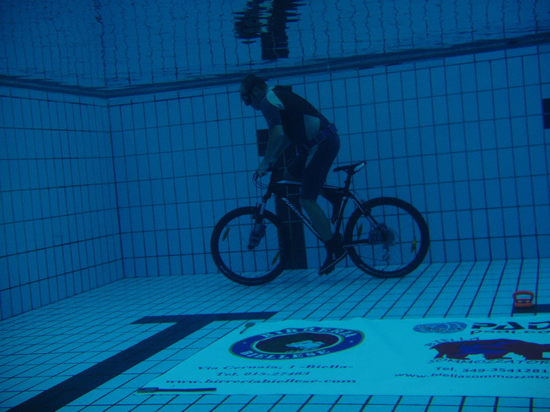 Longest distance cycling underwater (without oxygen)