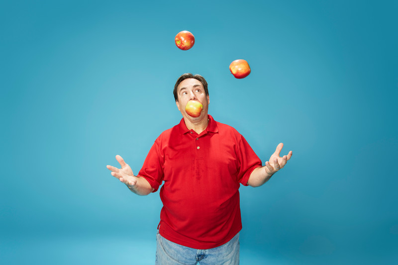 Most bites taken from three apples whilst juggling in one minute